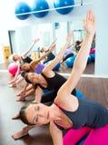 Pilates aerobisk kvinnagrupp med stabilitetsbollen Royaltyfri Fotografi