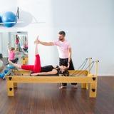 Pilates aerobisk personlig instruktörman i cadillac Arkivfoto