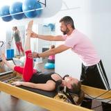 Pilates aerobisk personlig instruktörman i cadillac Royaltyfri Bild