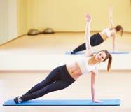 Pilates che allunga gli esercizi di forma fisica Fotografia Stock
