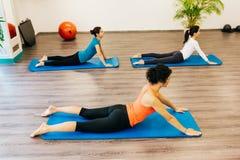 Pilates, das auf einer Matratze ausarbeitet lizenzfreie stockfotos