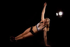 Pilates de la yoga del ejercicio del tablón del lado de la muchacha del deporte Fotografía de archivo libre de regalías