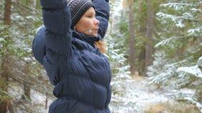 Pilates de pratique de jeune femme dans la forêt d'hiver banque de vidéos
