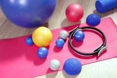 Pilates delle sfere che modificano stabilità la tonalità ad anelli e a rulli immagine stock libera da diritti