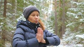 Pilates di pratica della giovane donna nella foresta di inverno archivi video