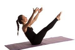 Pilates di yoga di allungamento della ragazza isolati Immagine Stock