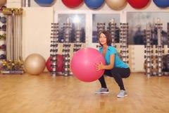 Pilates donna con l'allenamento di esercizio del fitball alla palestra dell'interno Immagini Stock Libere da Diritti