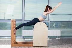 Pilates, Eignung, Sport, Training und Leute Lizenzfreie Stockbilder