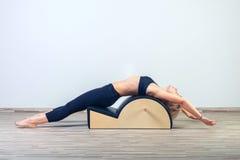 Pilates, fitness, sport, opleiding en mensen Royalty-vrije Stock Fotografie