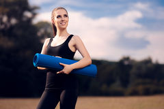 Pilates flicka med yoga Mat Standing Outdoor i natur Fotografering för Bildbyråer