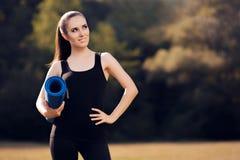 Pilates flicka med yoga Mat Standing Outdoor i natur Arkivbilder