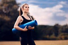 Pilates flicka med yoga Mat Standing Outdoor i natur Royaltyfri Fotografi