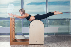 Pilates, forme physique, sport, formation et les gens images stock