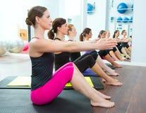 Pilates Frauengruppe auf Mattengymnastikausbilder Stockfotografie