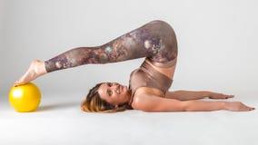 Pilates Härlig kvinna som gör övning med bollen Kugge på skulderbladarna Royaltyfri Fotografi