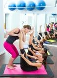 Pilates helfende Frauen des persönlichen Kursleiters Stockfoto