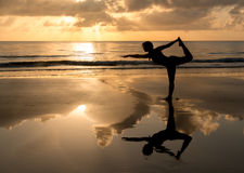 Pilates in het strand Stock Foto