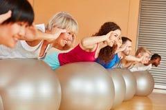 Pilates-Klasse mit Turnhallenball Stockbilder