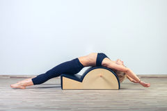 Pilates, kondition, sport, utbildning och folk Royaltyfri Fotografi