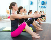 Pilates kvinnagrupp på matt idrottshallinstruktör arkivbild