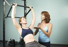 Pilates mit einem Kursleiter stockfotografie