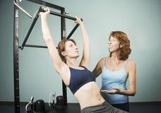 Pilates mit einem Kursleiter stockfoto