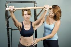 Pilates mit einem Kursleiter lizenzfreie stockfotos
