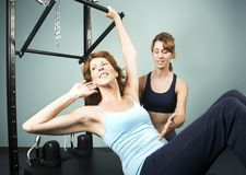 Pilates mit einem Kursleiter stockbilder