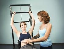 Pilates mit einem Kursleiter lizenzfreie stockbilder