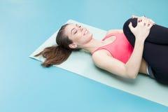 Pilates practicantes de la mujer en el gimnasio Fotos de archivo