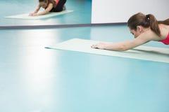 Pilates practicantes de la mujer en el gimnasio Fotos de archivo libres de regalías