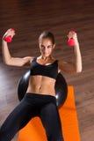 Pilates practicantes de la mujer joven Imagen de archivo libre de regalías