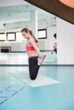 Pilates practicantes de la mujer joven Fotografía de archivo