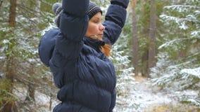 Pilates practicantes de la mujer joven en el bosque del invierno almacen de video