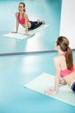 Pilates practicantes de la mujer joven en el gimnasio Imágenes de archivo libres de regalías