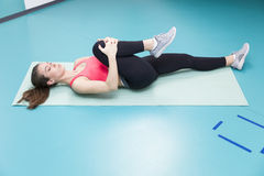 Pilates practicantes de la mujer joven en el gimnasio Fotografía de archivo libre de regalías
