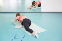 Pilates practicantes de la mujer joven en el gimnasio Fotografía de archivo