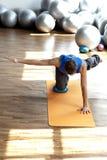 Pilates practicantes del hombre Fotografía de archivo libre de regalías