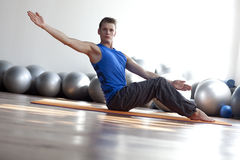 Pilates practicantes del hombre Foto de archivo