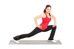 Pilates praticando de um atleta novo Imagem de Stock