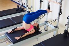 Pilates reformatora kobiety zasięrzutny ćwiczenie Obraz Royalty Free
