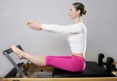 Pilates Reformer-Frauengymnastik-Eignunglehrerfahrwerkbeine stockbilder