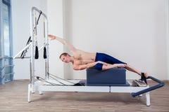 Pilates-Reformertraining übt Mann an der Turnhalle aus Stockfoto