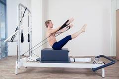 Pilates-Reformertraining übt Mann an der Turnhalle aus Stockfotografie