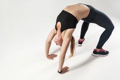 Pilates stelt Atletische vrouw die hard het uitoefenen doen Stock Foto's