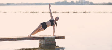Pilates-Yoga-Trainingsübung im Freien Stockbilder