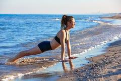 Pilates-Yoga-Trainingsübung im Freien auf Strand Stockbild