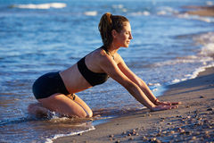 Pilates-Yoga-Trainingsübung im Freien auf Strand stockfotos