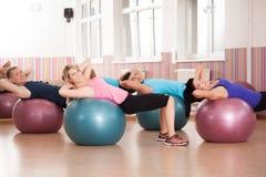 Pilatesoefening met geschiktheidsballen stock foto's