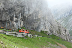 Pilatus-Bahn die uit de Wolken te voorschijn komen Stock Fotografie